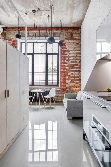 Кухня оборудована всей необходимой техникой, в том числе холодильником, варочной поверхностью, духовкой и даже посудомоечной машиной