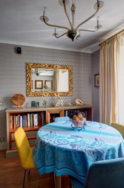 Гостиная в классическом стиле с яркими акцентами модерна
