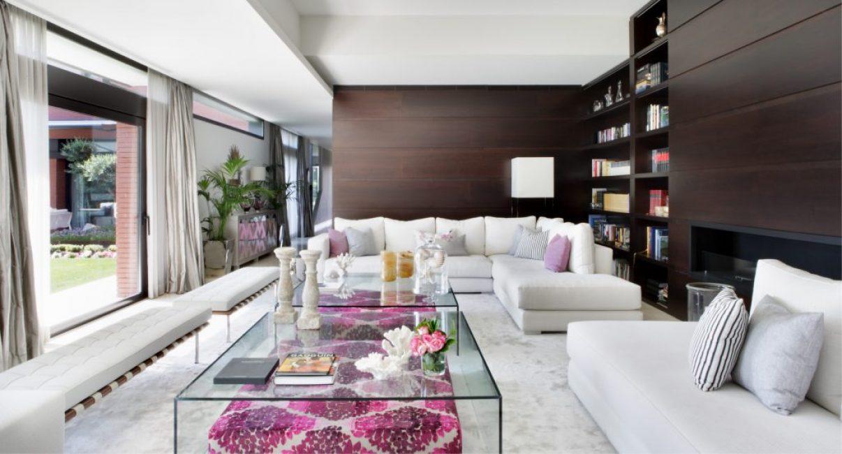 Мебель у стены выполнена в цвете венге. Так она максимально контрастно выглядит на фоне мебели и отделочных материалов