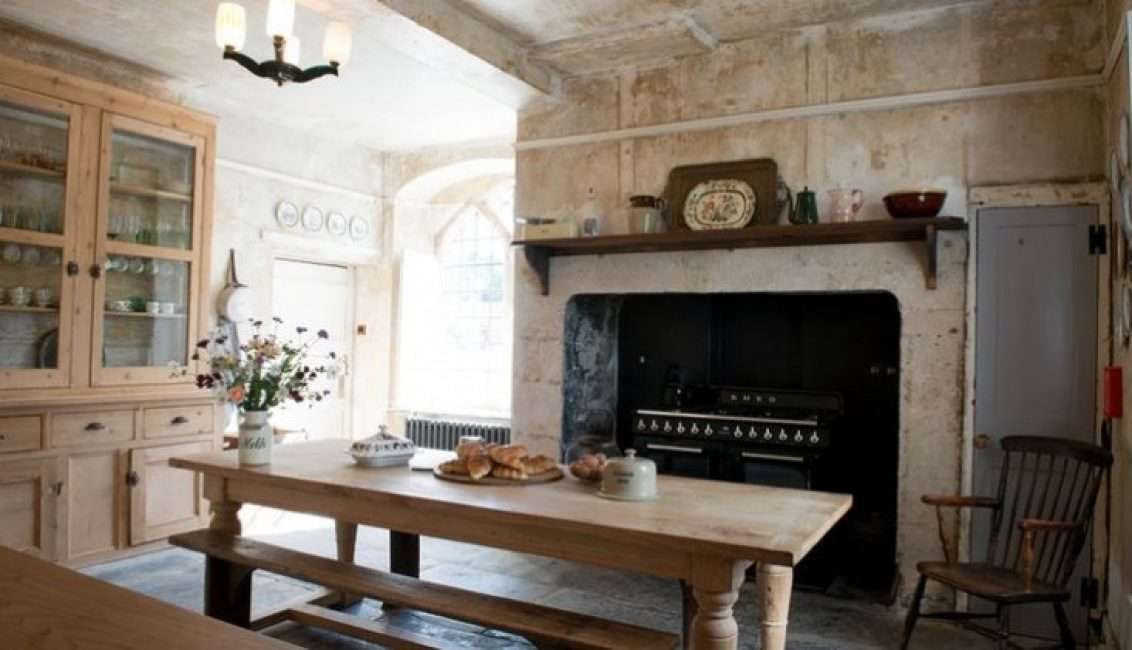 Мебель в кухне сделали под стиль всей комнаты. Дополняет дизайн старинный очаг