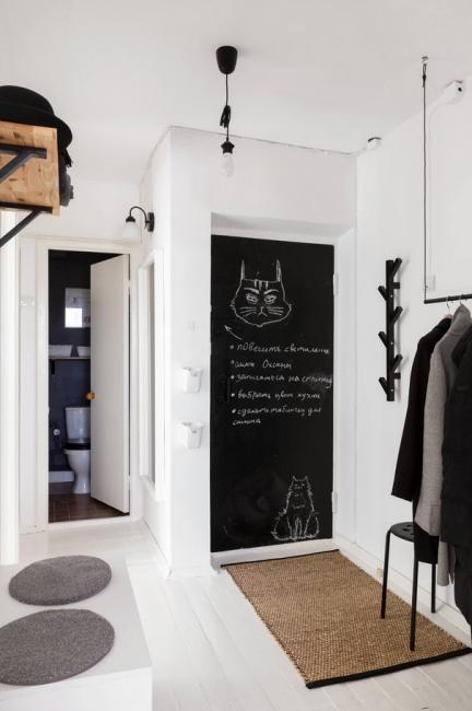 Входную дверь покрасили матовой черной краской, чтобы на ней можно было рисовать мелом