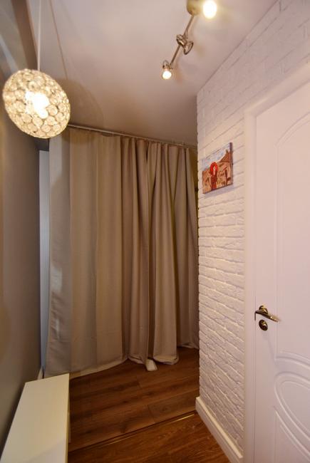 Классическая белая стена под кирпич в прихожей