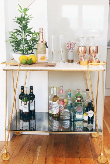 Лаймы и лимоны можно нарезать и добавить в напиток