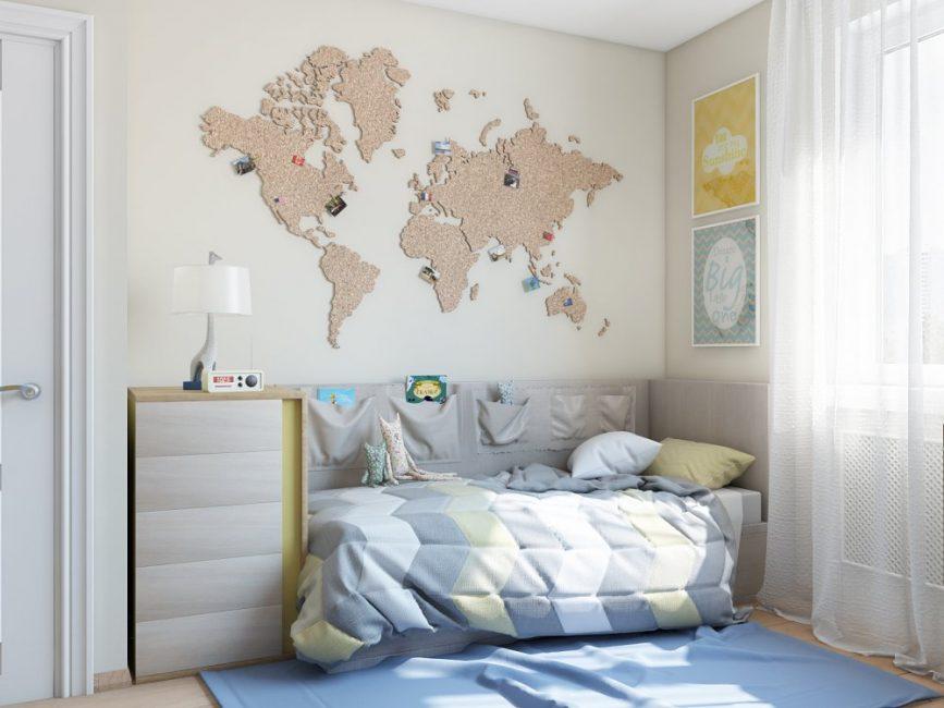 Удобная кровать и оригинальное панно в виде карты мира