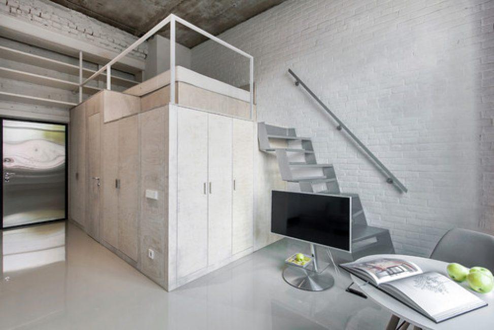 Металлическая лестница ведет на второй этаж, где расположена спальня
