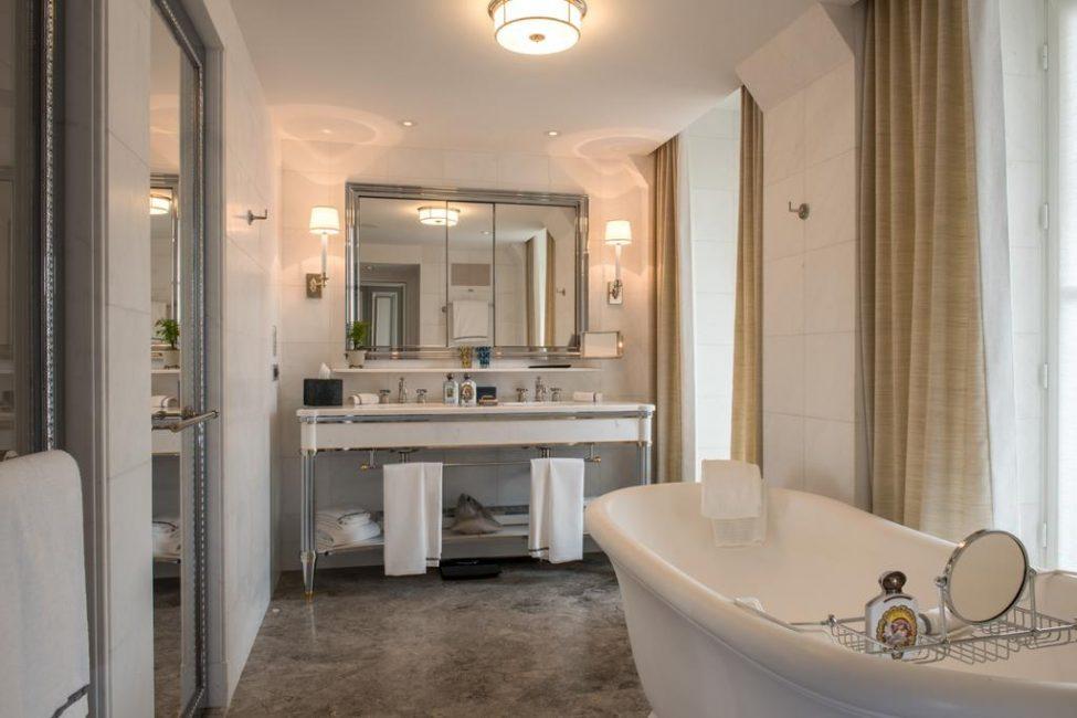 Элегантная и незамысловатая ванная комната со всем необходимым выполнена в светлых тонах