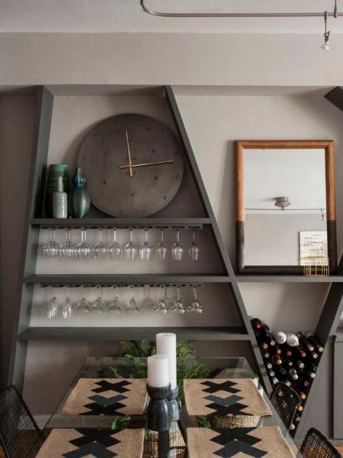 Винные бокалы отлично хранятся «вверх тормашками» под полками с книгами, декором или кухонной утварью