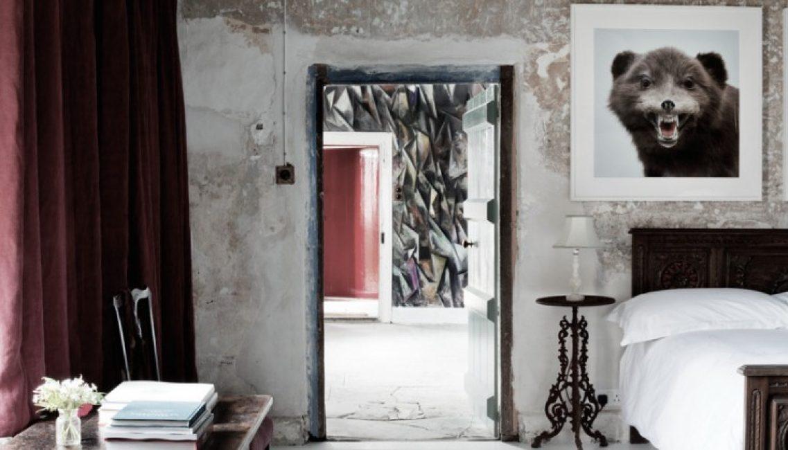 Темная мебель в спальне отлично смотрится на контрасте со светлыми стенами, которые дизайнеры решили оставить «голыми»