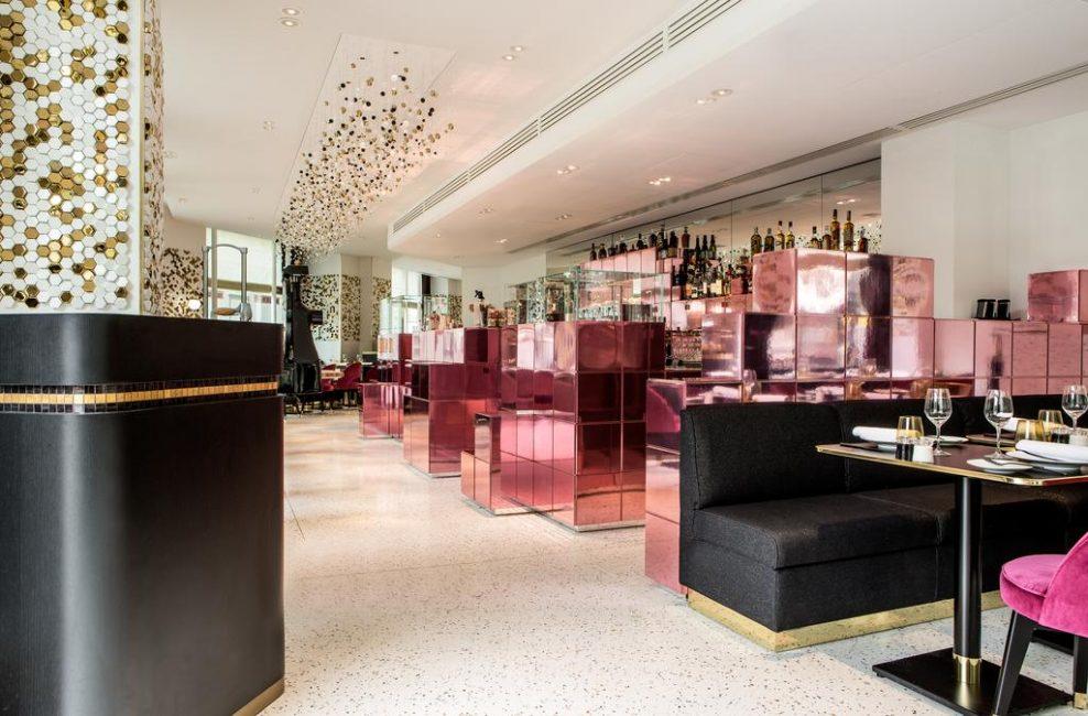 В интерьер ресторана дизайнеры не побоялись добавить зеркальные и блестящие элементы