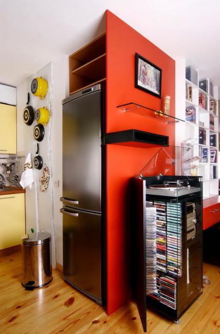 Для холодильника прекрасно подойдет ниша в стене