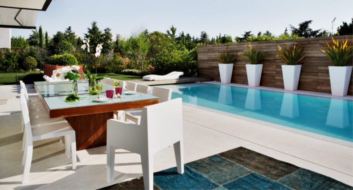 Идеальная терраса для отдыха у бассейна