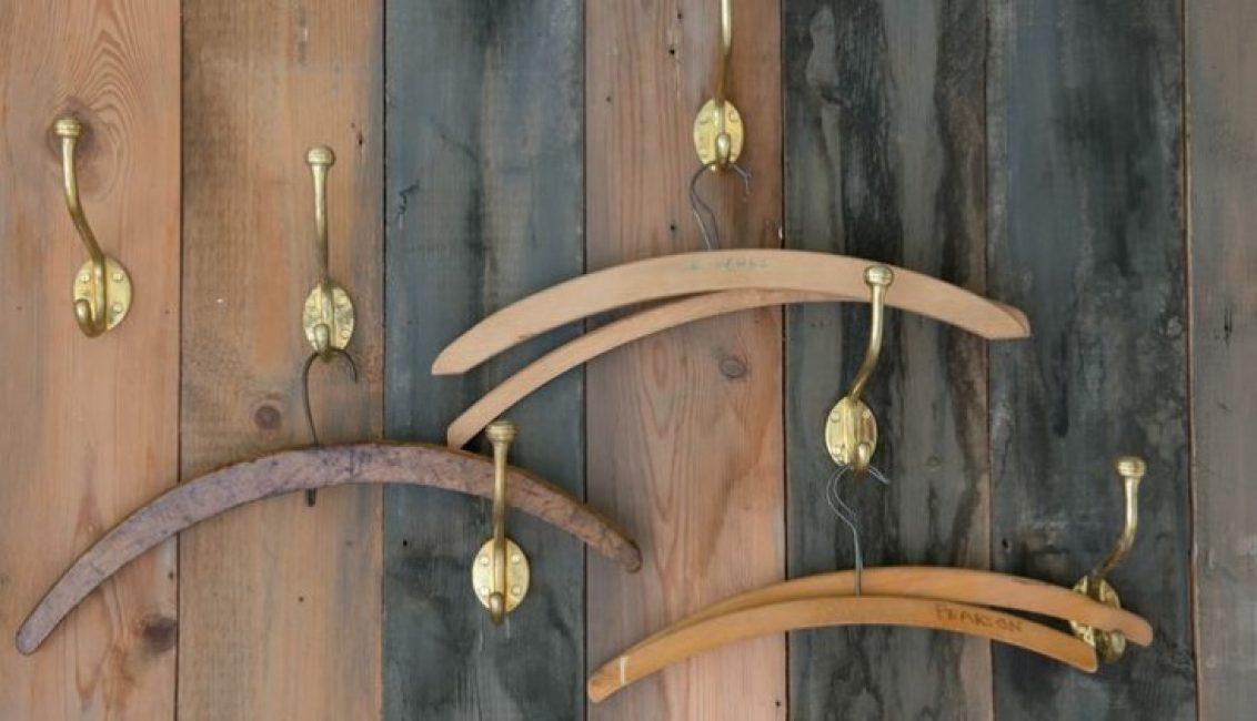 Неплохо смотрятся крючки из латуни для одежды, которые в хаотичном порядке прибили к дощатой стене