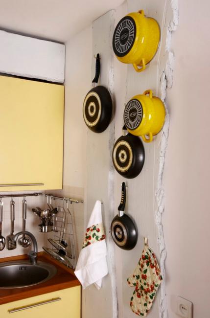Не забывайте о стенах. Они также могут служить пространством для хранения кухонной утвари
