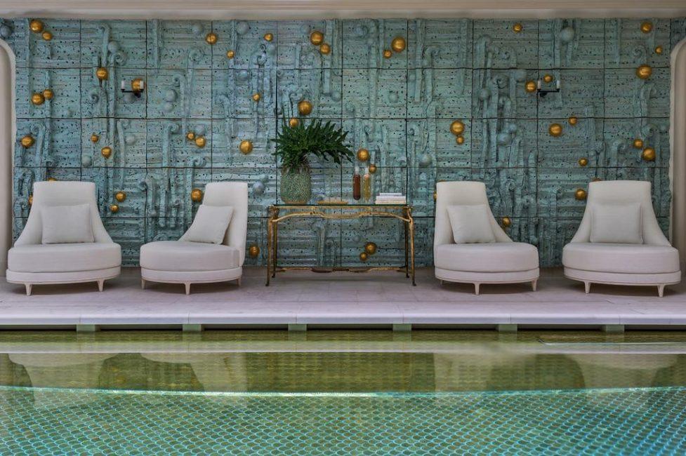 Закрытый бассейн оформлен очень оригинально, особенно, плитка на дне, повторяющая рисунок чешуи