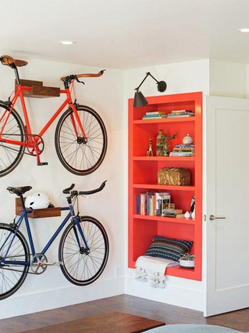 Велосипеды занимают огромное количество места. Чтобы не отказываться от спорта, повесьте их на стену