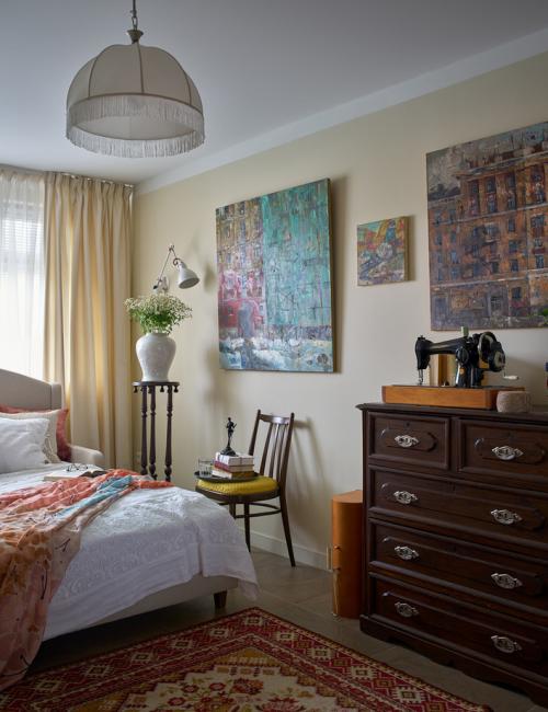 В спальне вся мебель, кроме кровати, относится к антиквариату