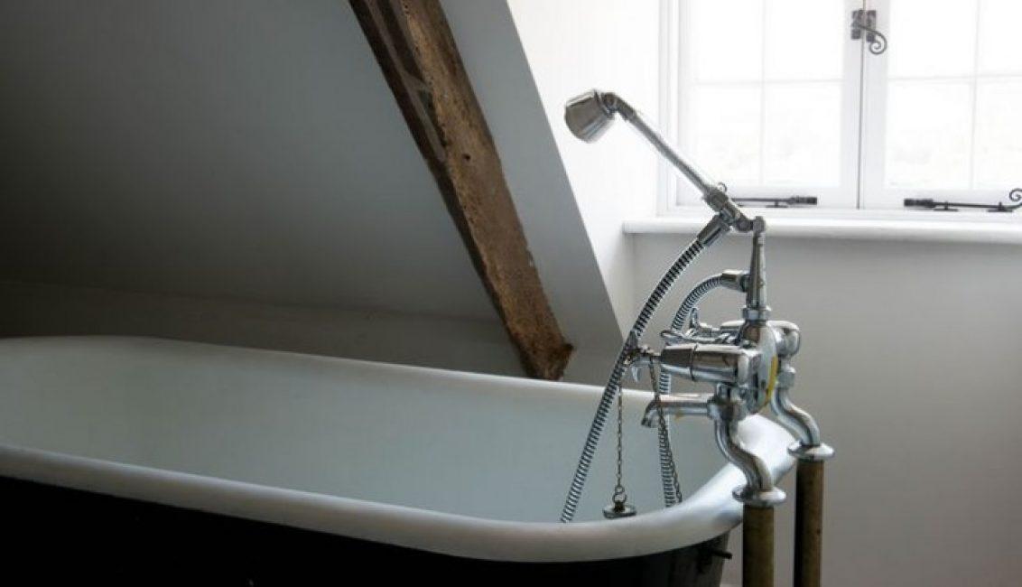 Шикарная ванная, стилизованная под старину, позволит полностью расслабиться в теплой воде