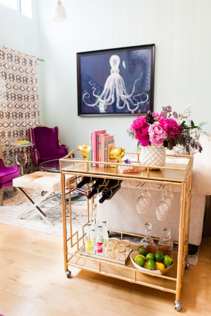 Оформление столика должно перекликаться с дизайном комнаты