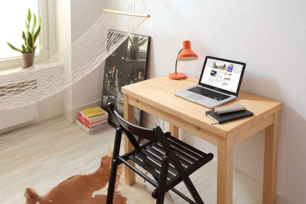 За рабочим столом — складной стул. Его легко убрать, если понадобится