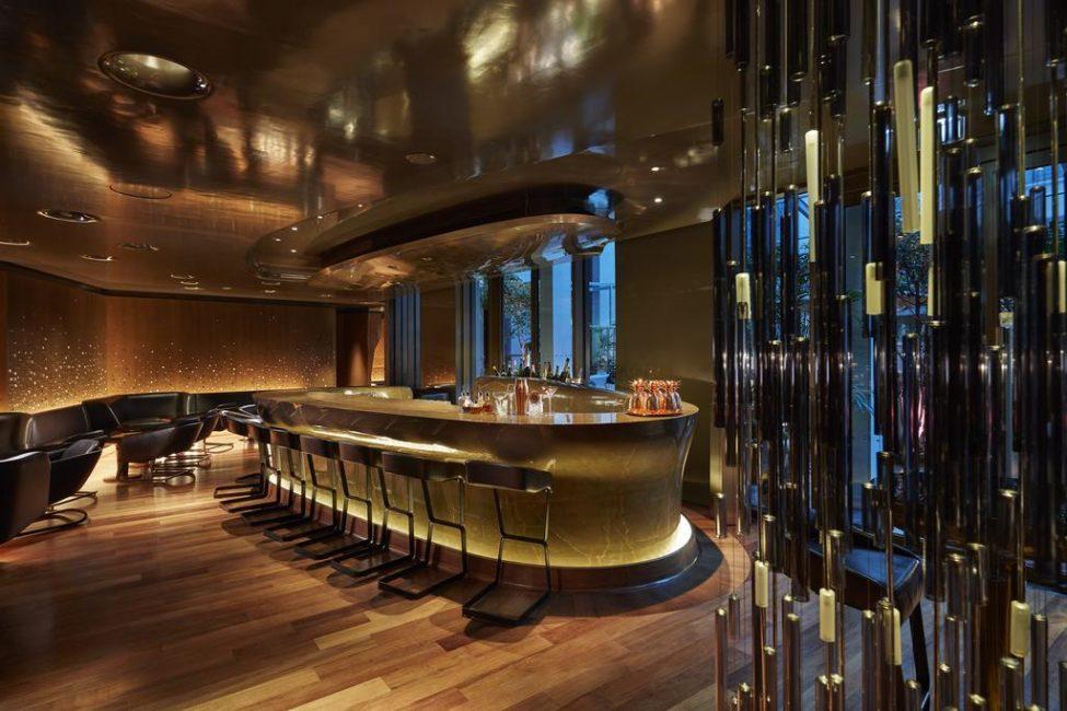 Для любителей ночной жизни — барная стойка с подсветкой и зеркальные элементы в интерьере