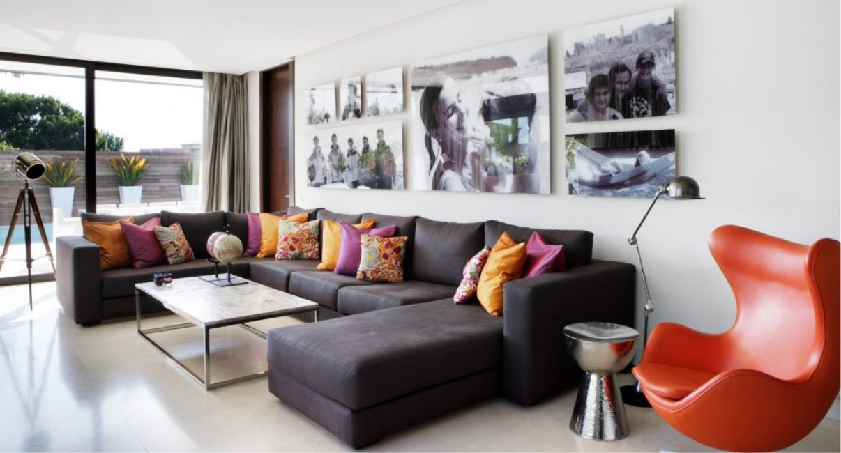 Еще одна гостиная. Стену украшают черно-белые семейные фото. Очень мило и романтично, не правда ли?