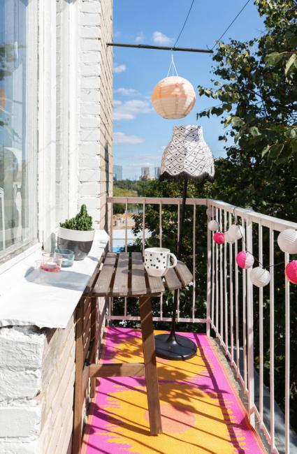 Неожиданно яркий и сочный балкон со столиком-трансформером