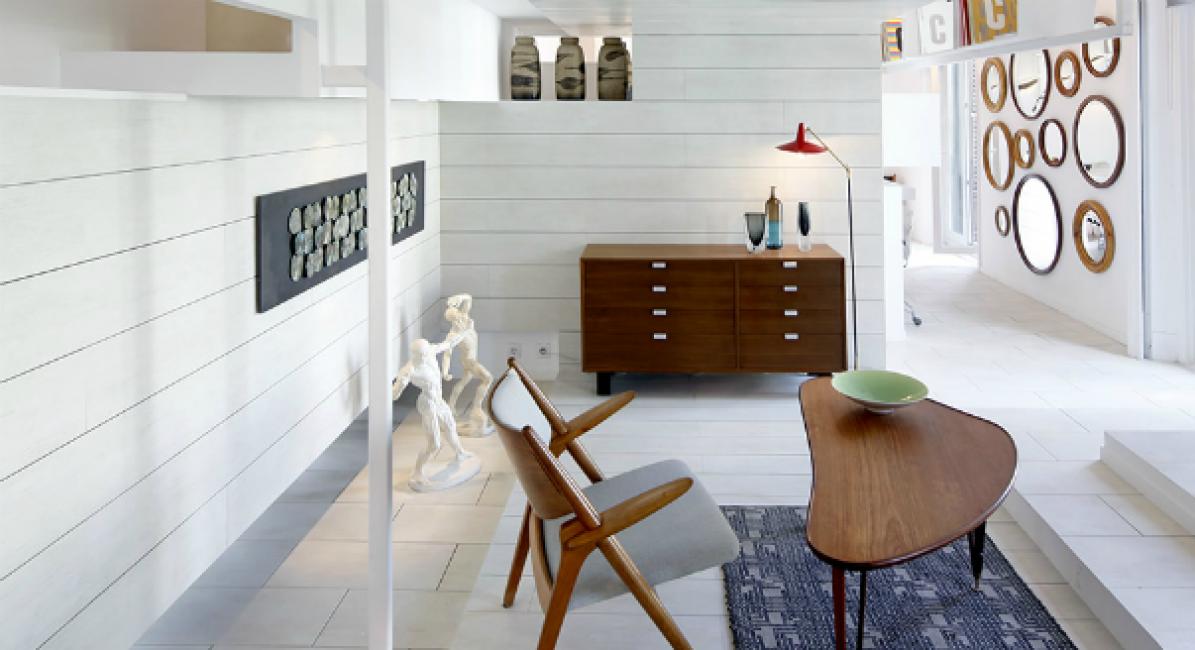 Стены, пол и потолок выложены плиткой