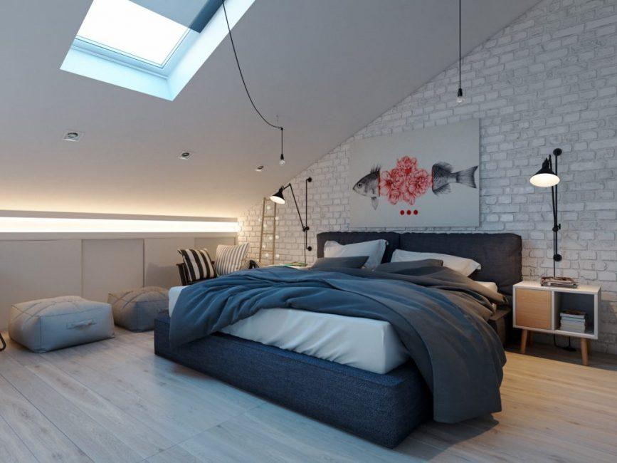 Ярким пятном является картина у изголовья кровати