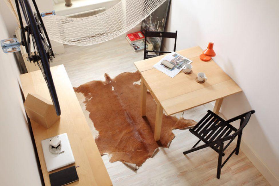 Декором помещения служит коровья шкура, на которой можно посидеть или прилечь