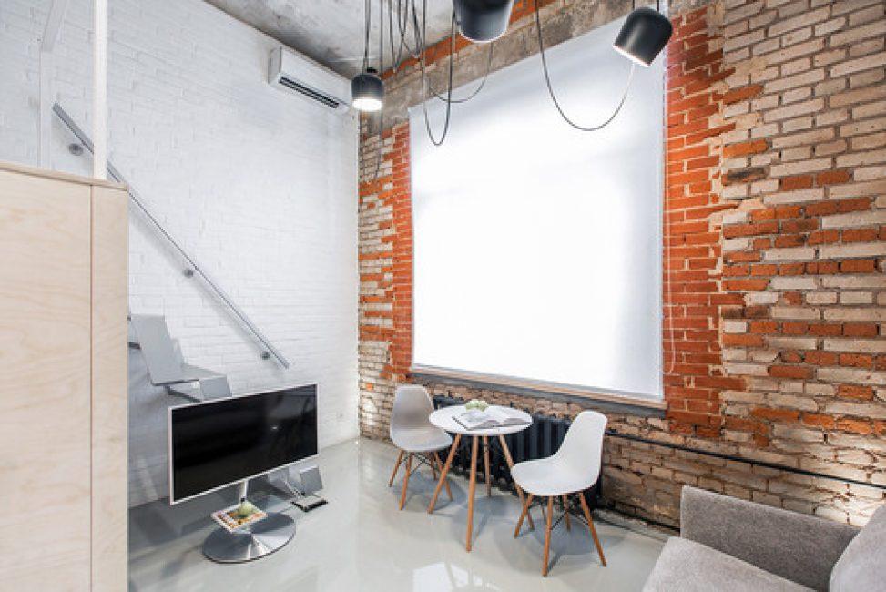 Обеденная зона и большой проектор