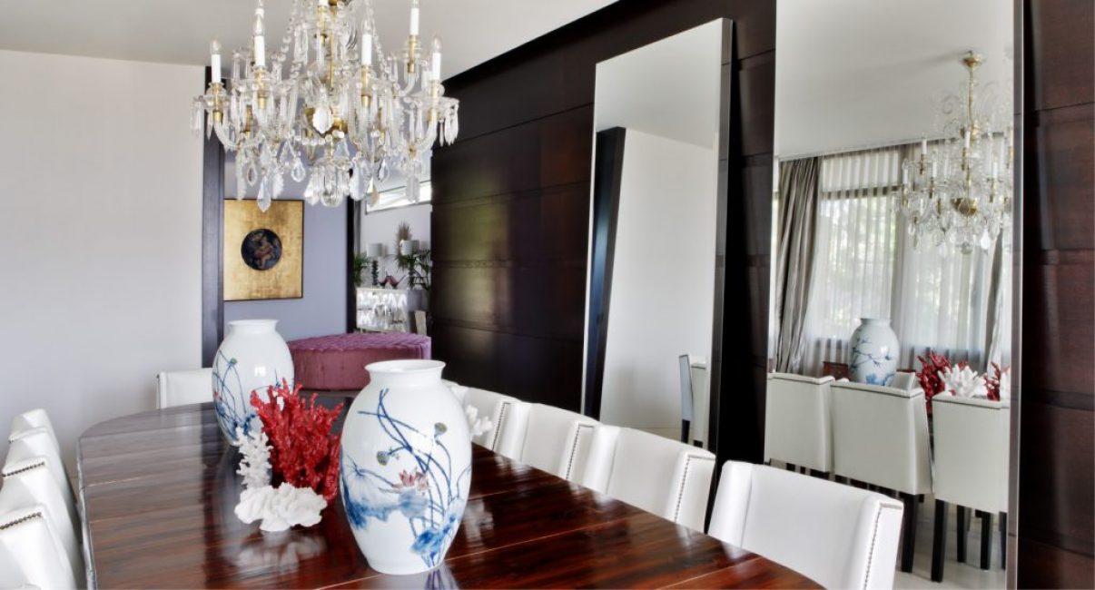 Его Величество столовая. Ее как нельзя лучше украшает массивная хрустальная люстра, размещенная над обеденным столом из натурального дерева