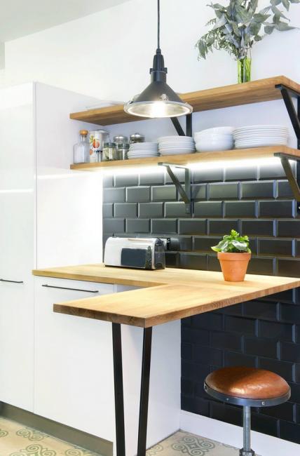 Если для обеденного стола на кухне нет место, просто замените его барной стойкой