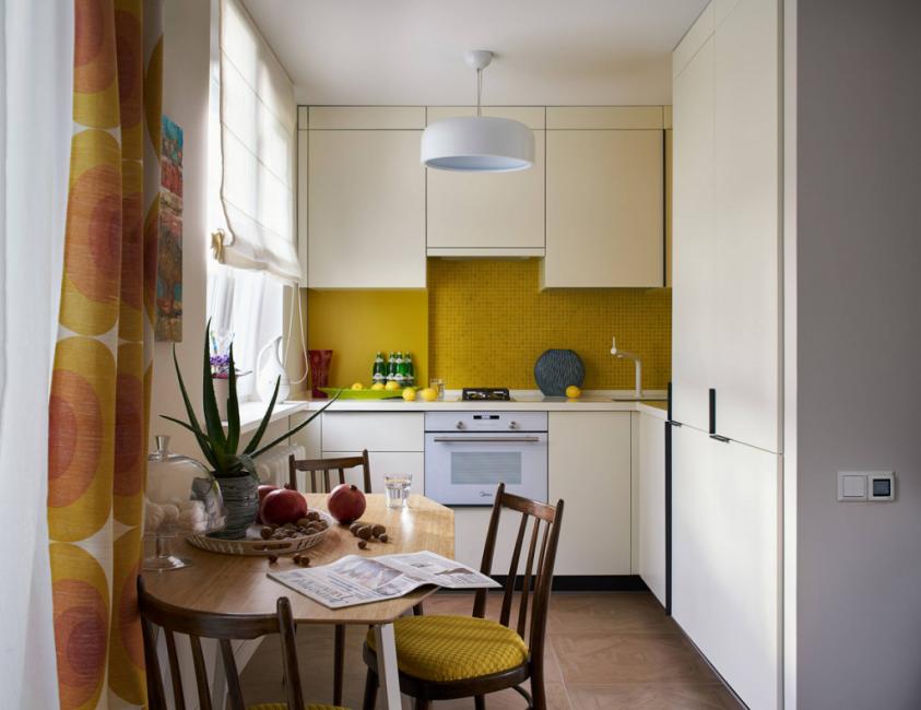 Жизнерадостным оттенком кухонный фартук обязан шторам и обивке стульев