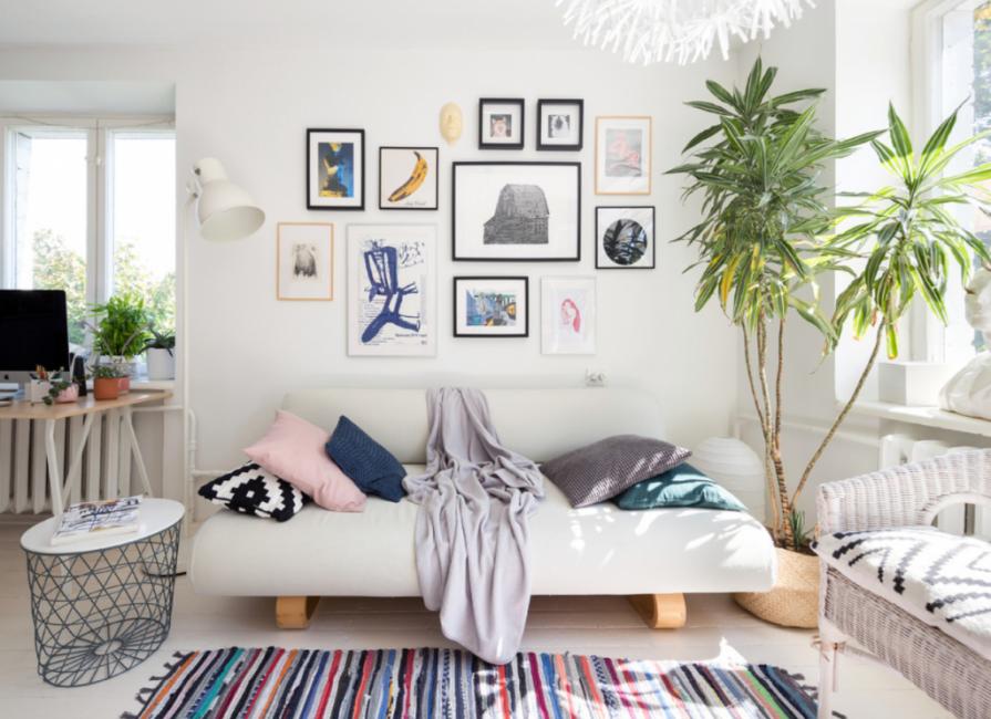 Над диваном — множество рисунков разных стилей