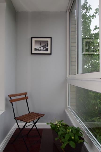 На уютном балкончике можно отдохнуть за чашкой кофе
