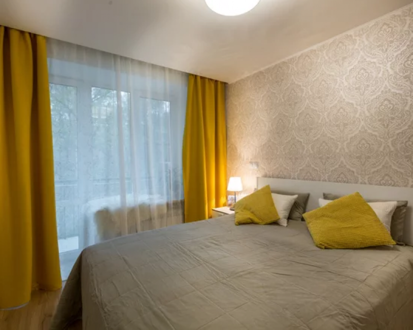 Спальня выполнена в теплых оттенках. За основу взят бежевый цвет