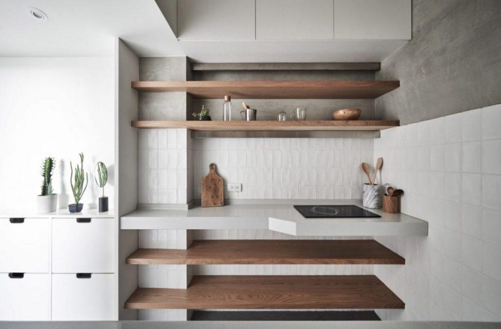 Кухонные полки выглядят очень опрятно и экологично