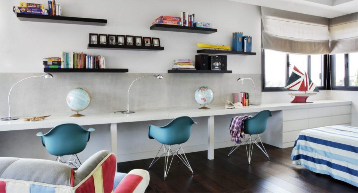 Очень лаконично и продуманно сделана детская комната, особенно зона для обучения