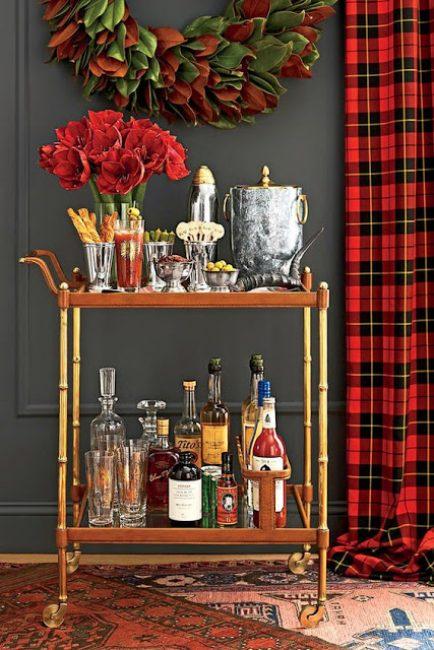 Яркий букет цветов отлично сочетается с красными шторами