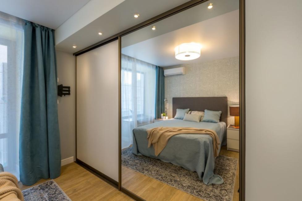 Гардеробный шкаф глубиной 90 сантиметров и кровать с высоким изголовьем