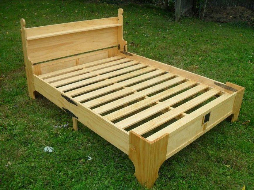 Чтобы сложить кровать, первым делом нужно снять матрас