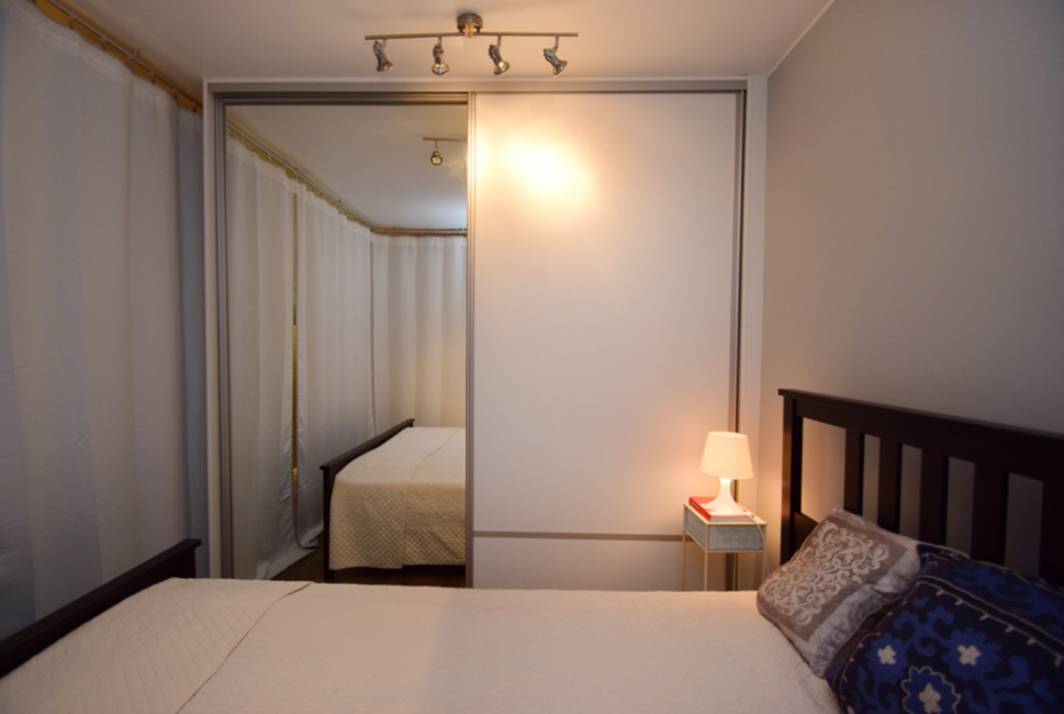 В спальне расположена большая двухспальная кровать