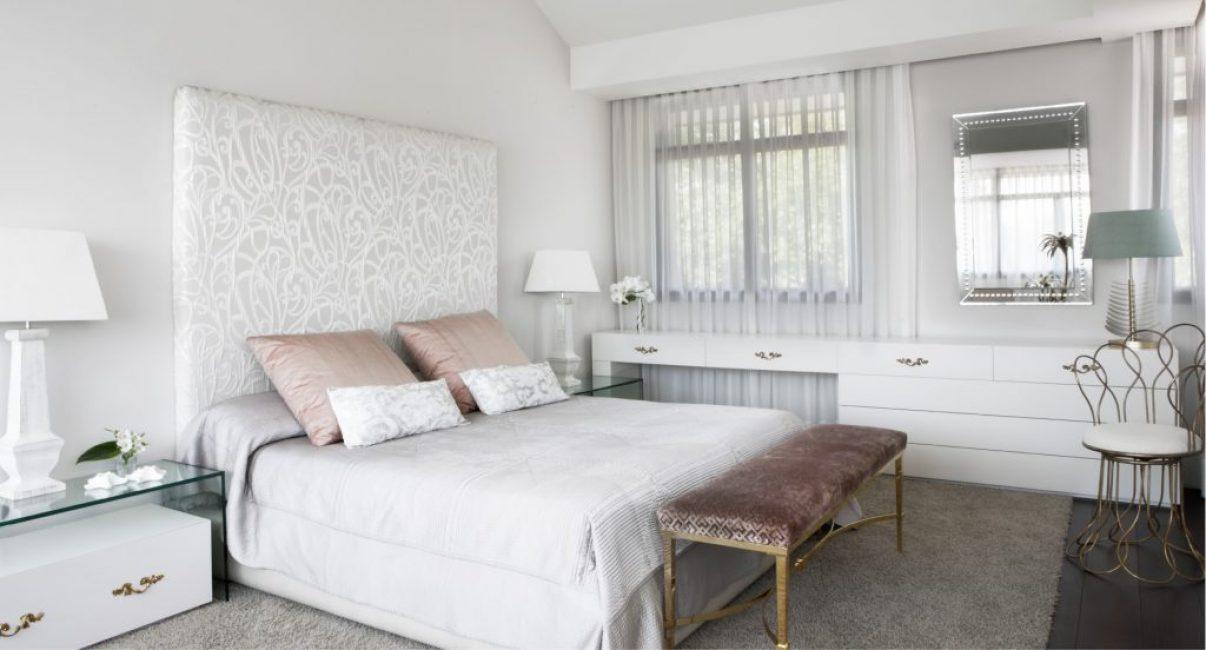 В спальне дизайнер постаралась сделать более спокойный интерьер. Яркие пятна не уместны в зоне отдыха