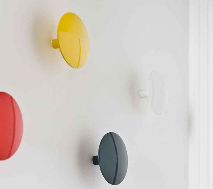 Прихожая занимает всего один метр, поэтому вместо вешалки к стене прикрепили вот такие крючки