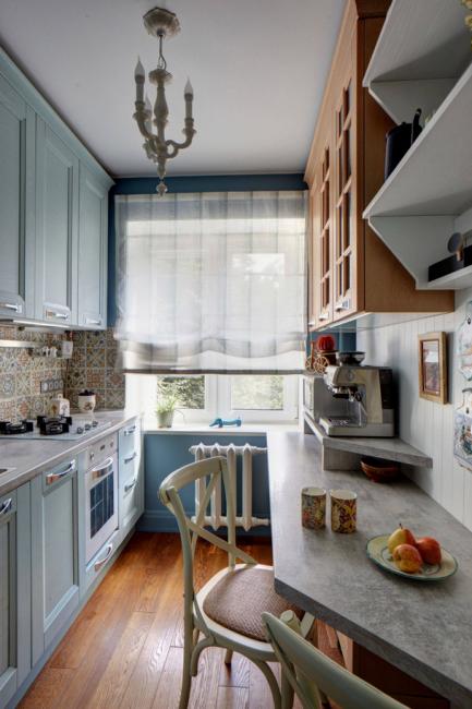 Кухня выполнена в английском стиле в трех цветах