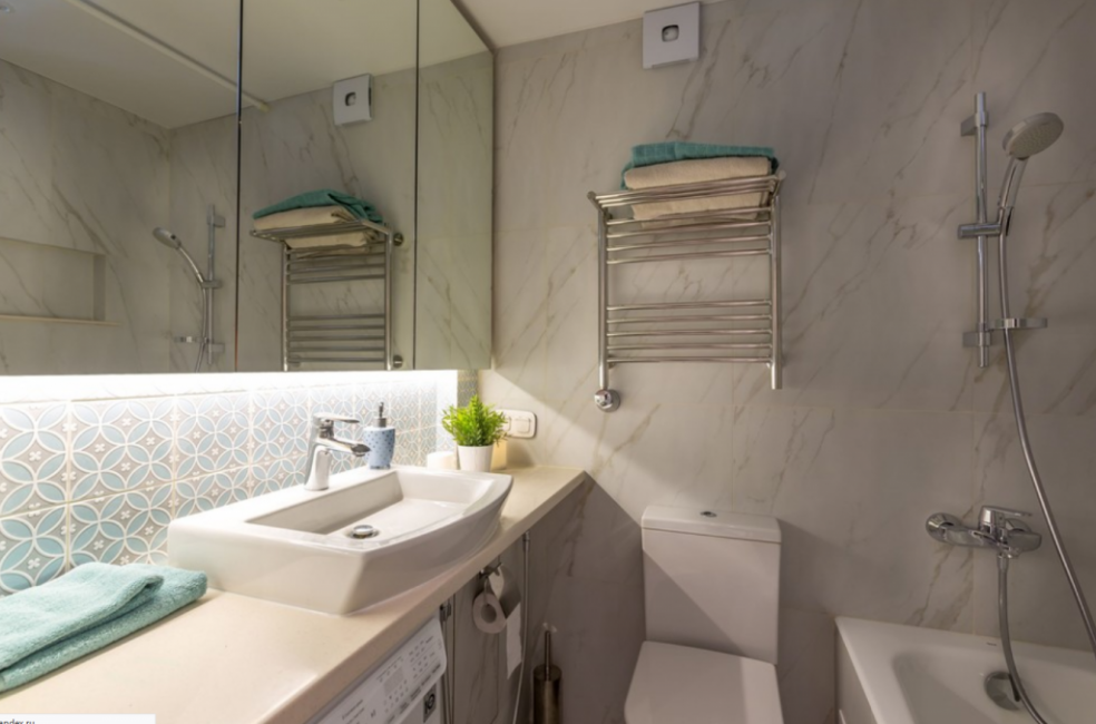 Чтобы в ванную поместилось все необходимое, дизайнеры поменяли расположение сантехники местами