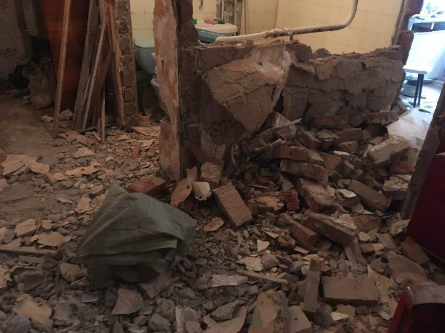 Первым делом разломали стенку между кухней и гостиной, чтобы получилась студия
