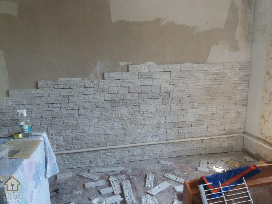 После того, как черновые работы были закончены, стену кухни начали выкладывать белым отделочным кирпичом