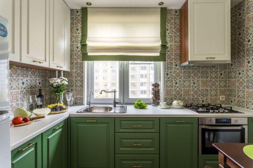 Кухонный гарнитур выполнили в двух оттенках — травяном и молочном