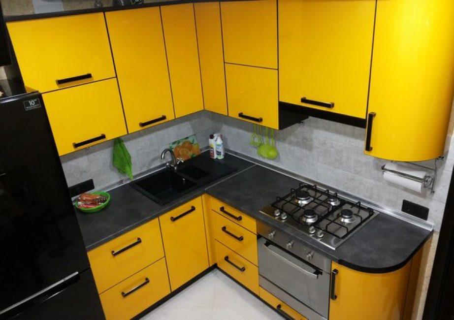 Яркий канареечный цвет отлично контрастирует с черными поверхностями